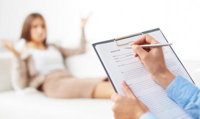 Qual a diferença entre o tratamento psicanalítico clássico e a psicoterapia psicanalítica breve?